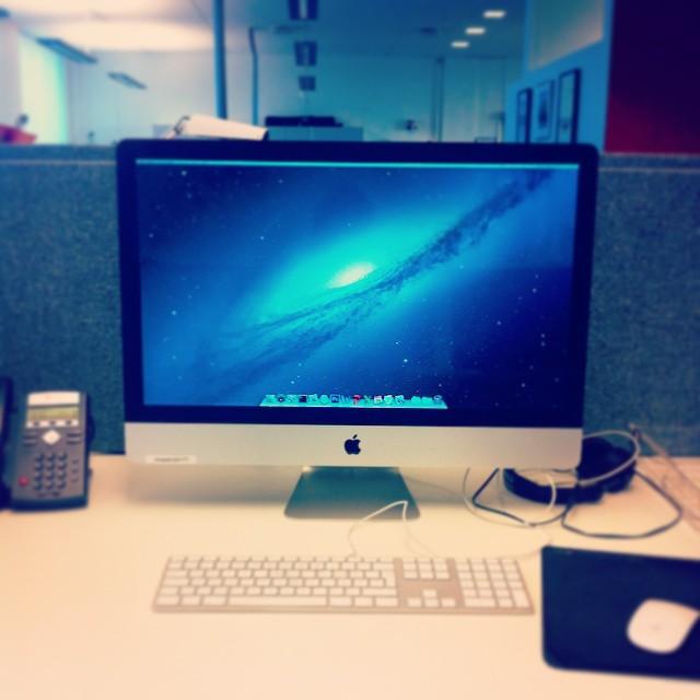 Arbeidsplassen min. Skrivebordsbakgrunnen er på plass ;)
