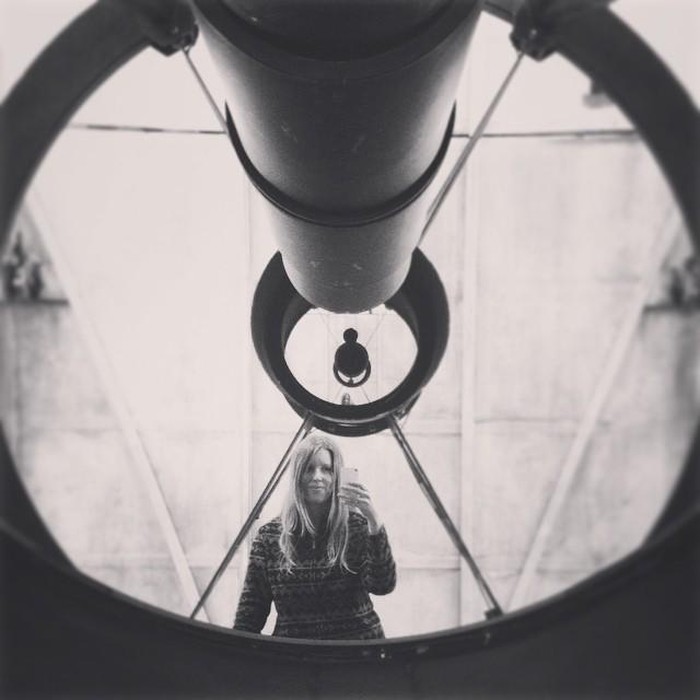 Astronomene på NOT var så hyggelige. De senket teleskopet for oss og satte opp en stige foran det, slik at vi kunne klatre opp og ta bilder av oss selv i hovedspeilet ;) Dessuten roterte de teleskopbygningen en runde mens vi stod og så på utsikten, som var temmelig bra!