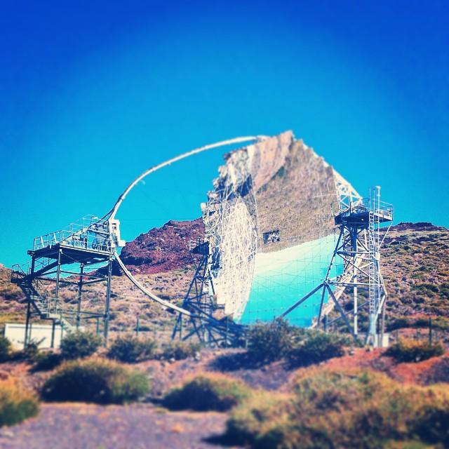Dette er ett av de to MAGIC-teleskopene. De ser ganske annerledes ut enn de andre teleskopene her. De måler såkalt Cherenkov-stråling.