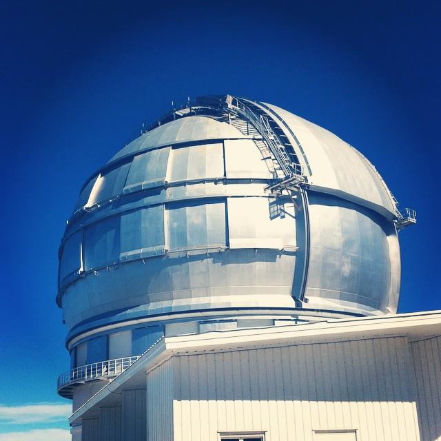 Dette er Gran Telescopio Canaries, eller GranTeCan eller GTC. Det er det største optiske teleskopet i verden med et speil med en diameter på 10,4 meter!