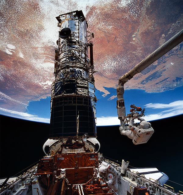 hubble-astronaut-service-mission-space