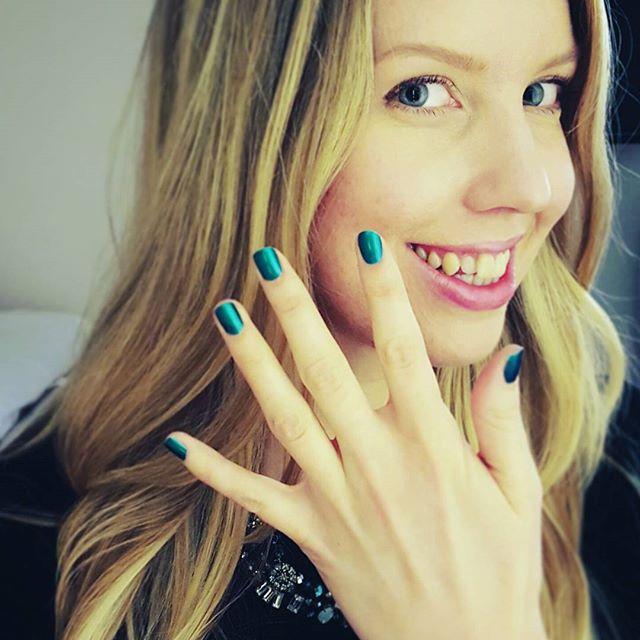 maria-nails-selfie-green